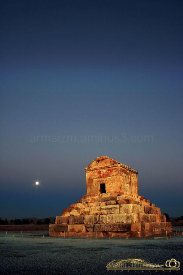 """Pasargad Tomb  (""""Kūruš"""" persian name)"""