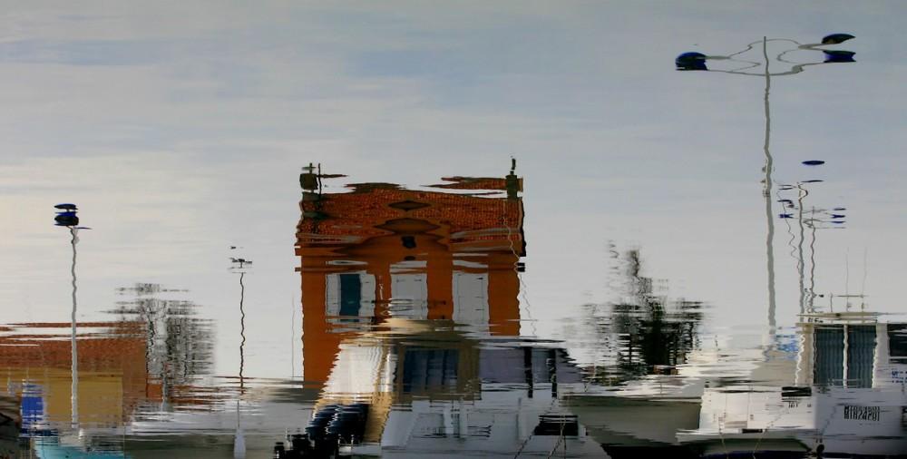 La Petite Maison Dans LE Port .