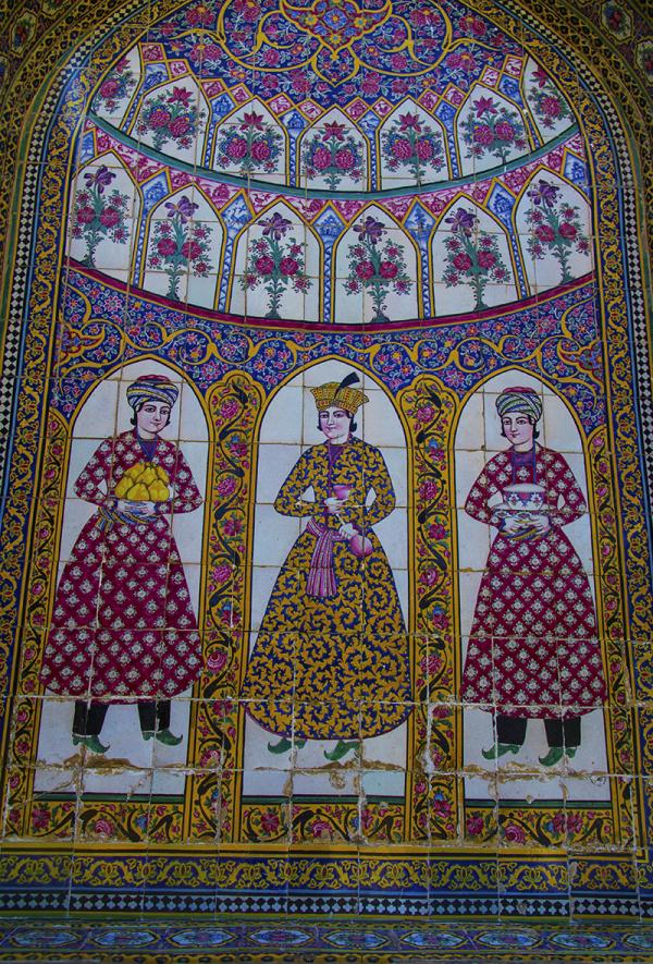 کاشی کاری روی دیوار عمارت نارنجستان شیراز