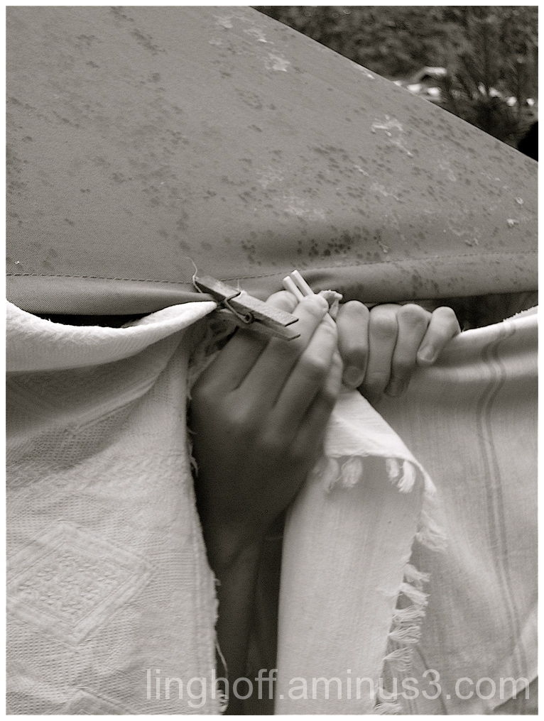 rain rescuer klädnypa händer hands umbrella parapl