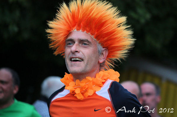 marathonrunner dressed up in orange