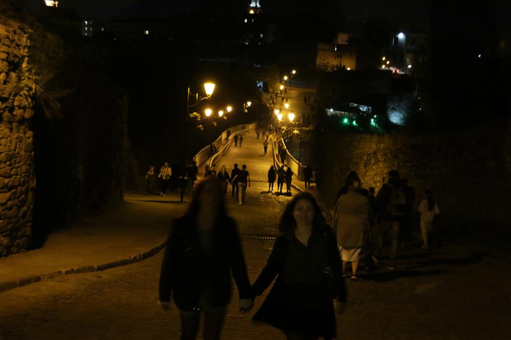 Девушки около Каменец-Подольской крепость.