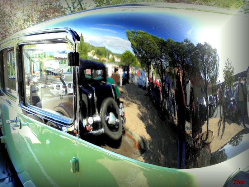 Reflets et vieille voiture