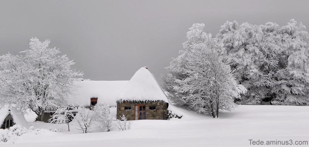 Chaumière dans la neige