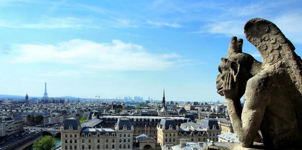 Gargouille sur la tour de Notre-Dame à Paris