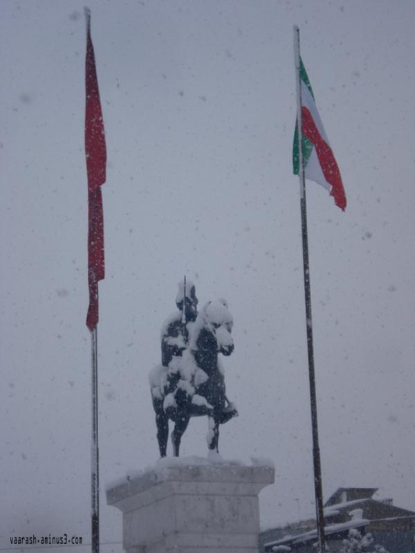 میدان شهرداری یک روز برفی