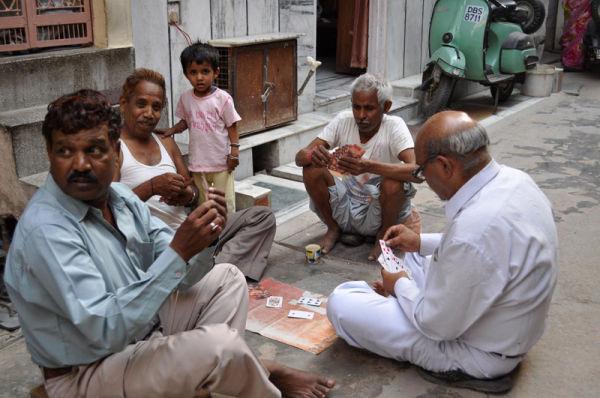 hommes jouant aux cartes dans une ruelle de Delhi