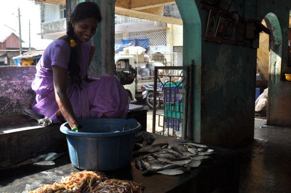femme vendant poissons Goa Inde