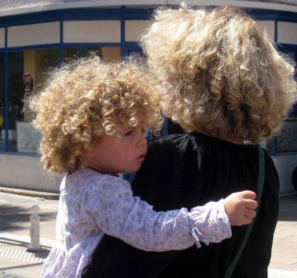 mère et fille aux cheveux frisés