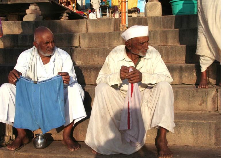 Benares pelgrims  baths