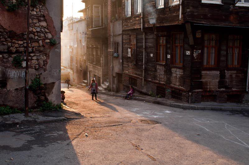 Enfants jouant dans le rue