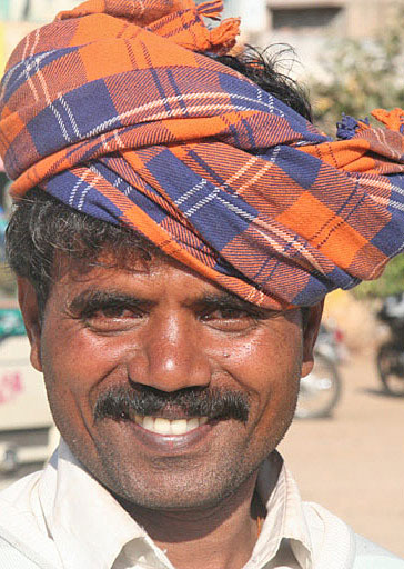 homme souire turban Inde