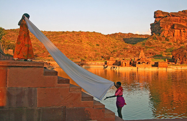 Inde  Badami lac temple  lavandières
