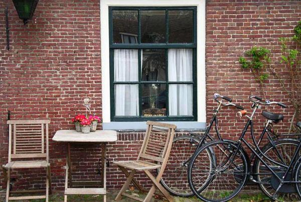 Pays bas rue vélos et fleurs