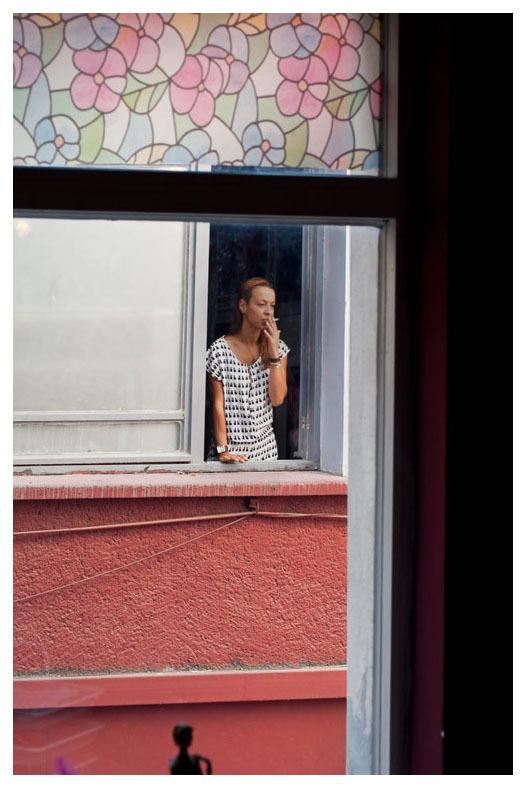 La belle à sa fenêtre  /  Beauty at the window
