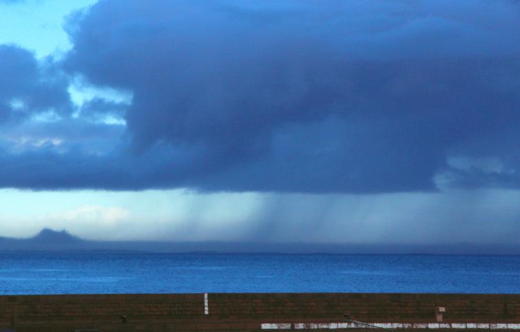 un grain au loin/ rain