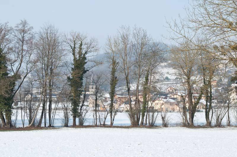 Village derrière le rideau / Village