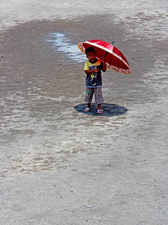 le centre du monde / red umbrella