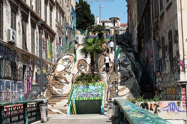 Sur les marches / On the stairs