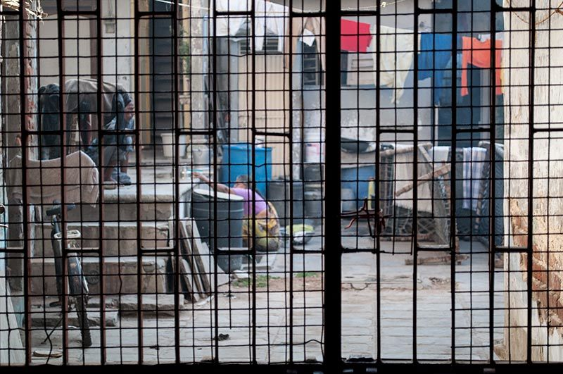 Derrière les grilles / Behind the bars