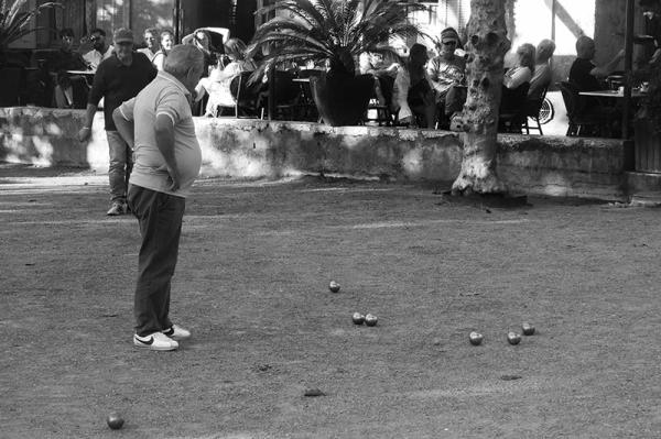 Le Cercle ... et la boule / and the petanque ball