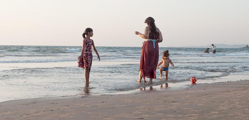 Un soir à la plage: mère et enfants