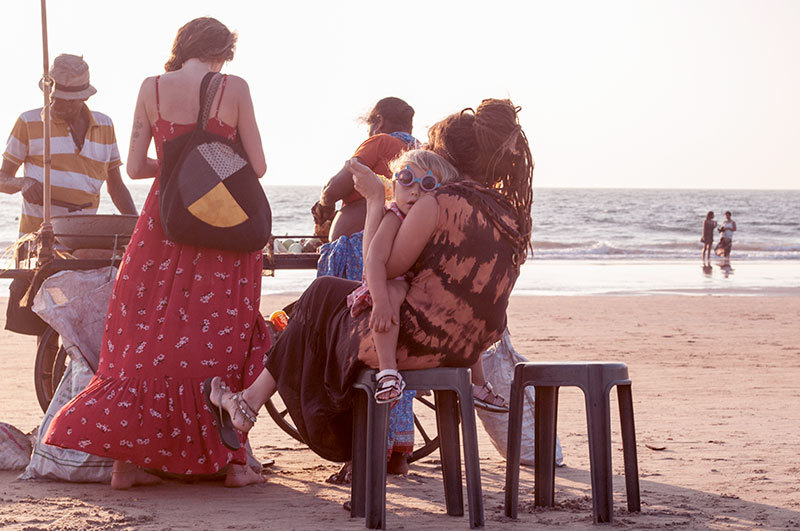 Un soir à la plage: mère et enfant