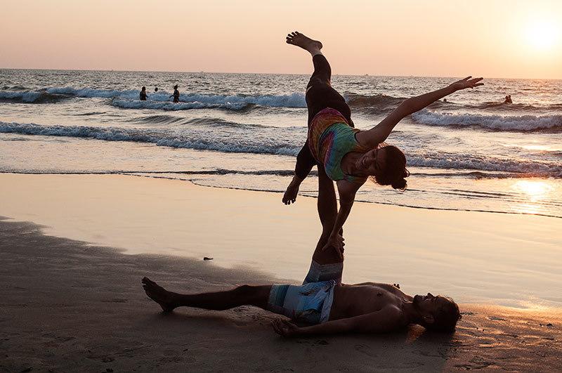 Un soir à la plage: yoga acrobatique