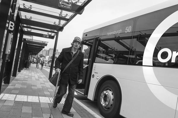 En attendant le bus / Waiting for the bus