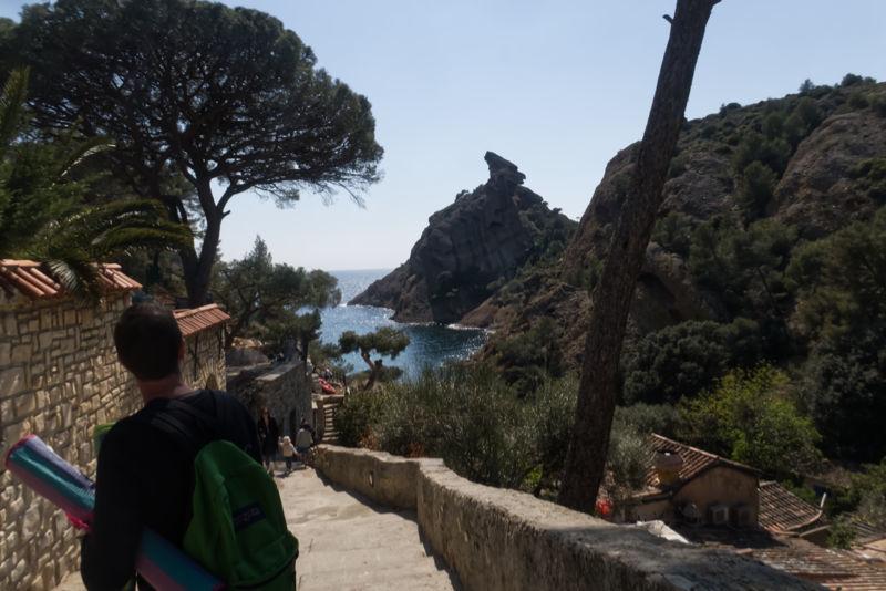 Descente sur la calanque / Down to the beach