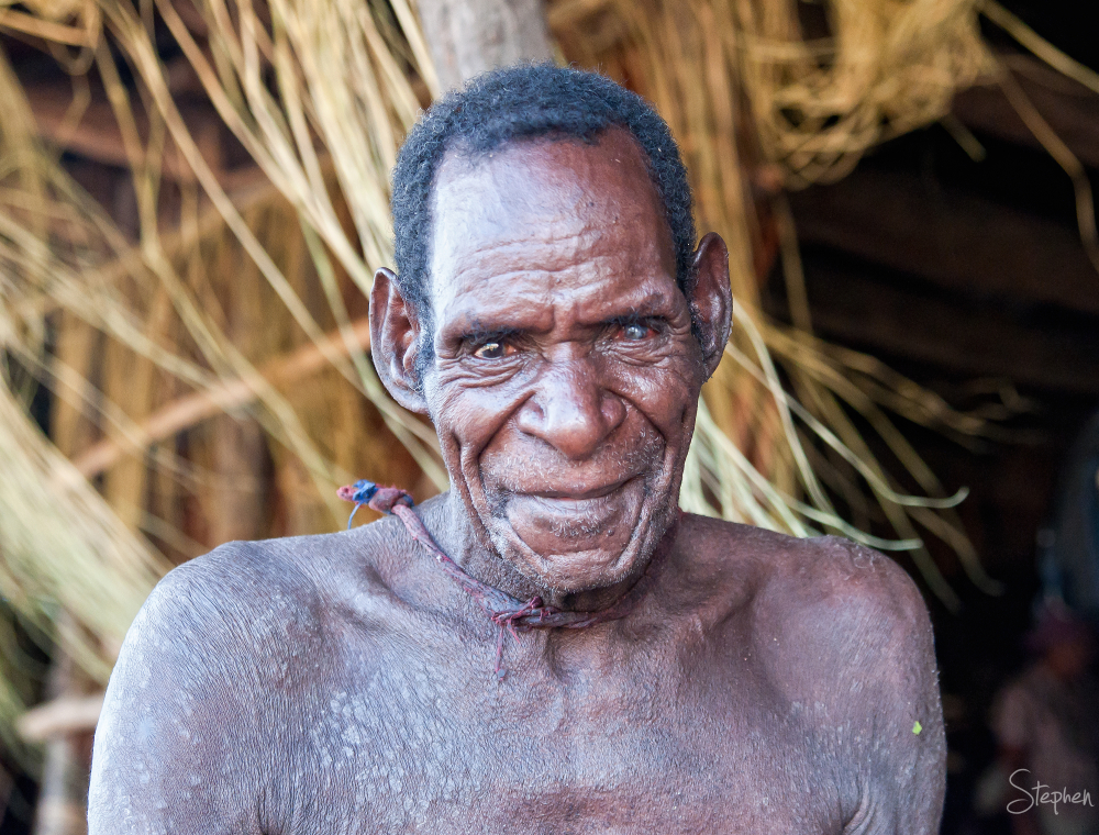 Asmat wood carving artist in Syuru Village