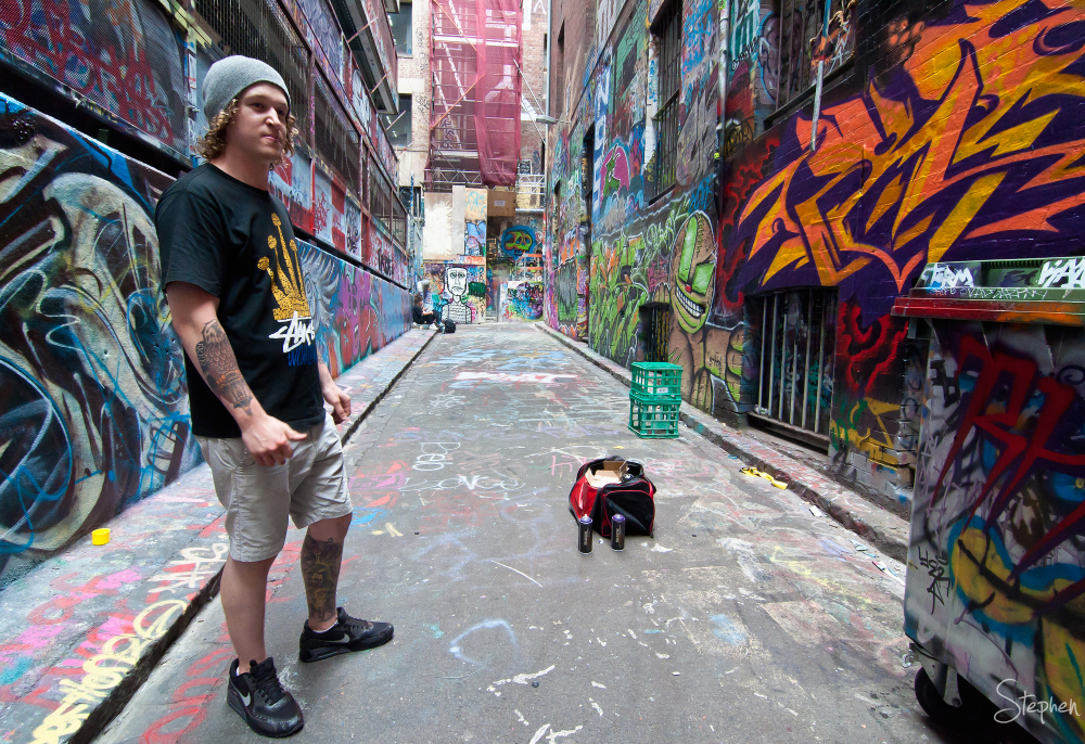 Street artist at work in Hosier and Rutledge Lane