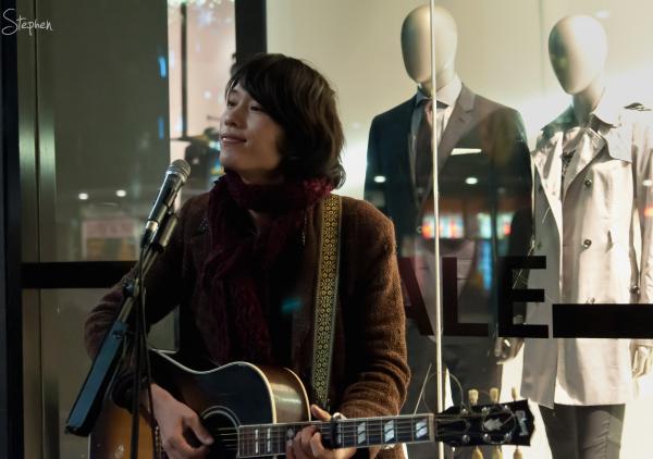 Hideki Sakomizu busking at the Canberra Centre