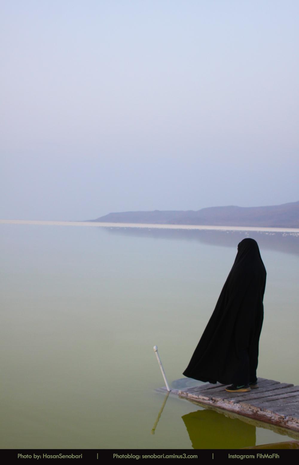 زن ایرانی چادر دریاچه ارومیه