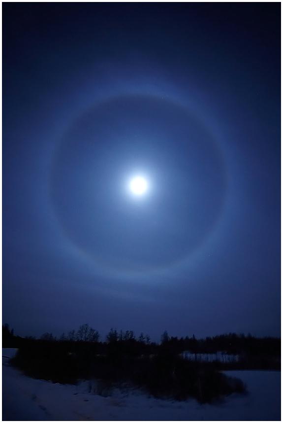 22° halo circle around the moon