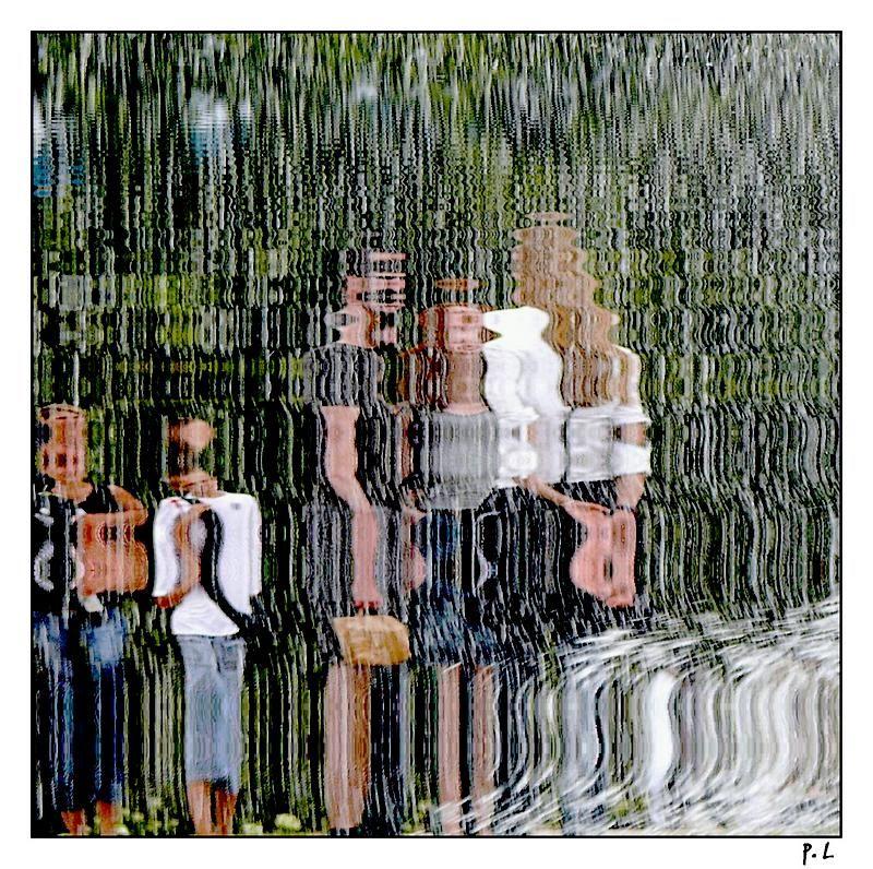 Reflets à travers un jet d'eau