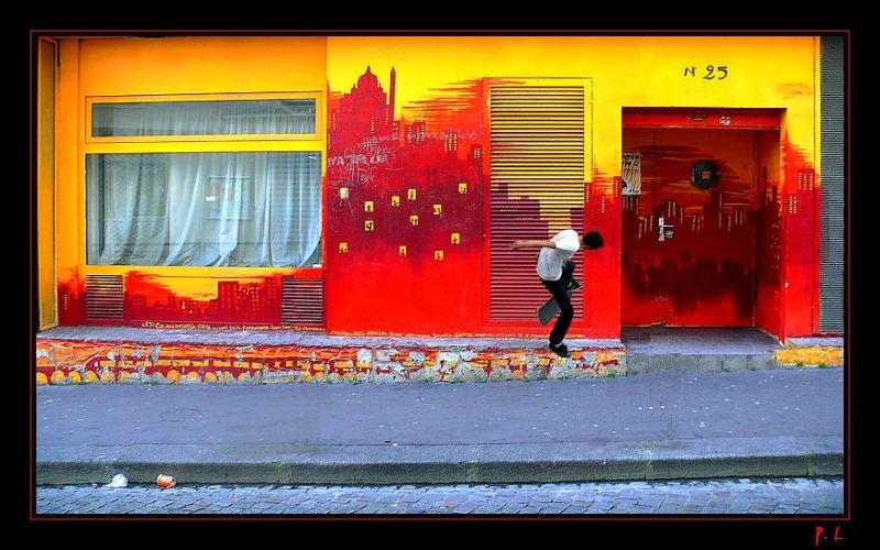 Une scène de rue du Paris insolite