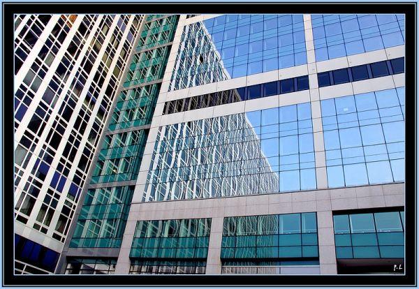 Reflets du ciel bleu sur une architecture vitrée.