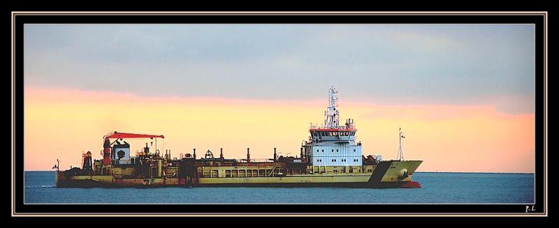 Sortie d'un cargo du port du Havre