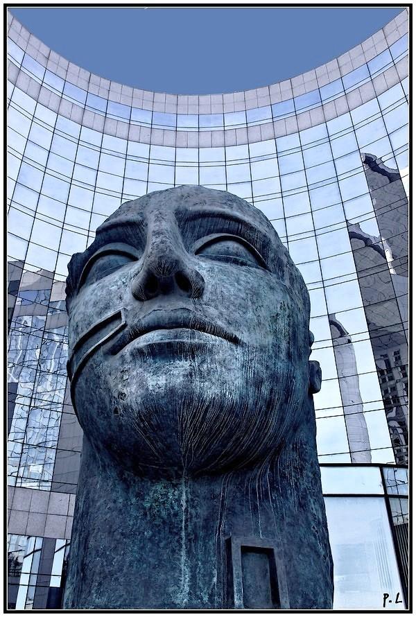 Tindaro d'Igor Mitoraj (1997) Sculpture La Défense