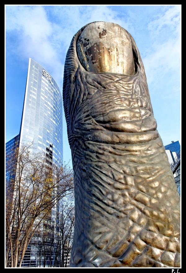 Le Pouce de César (1994) Sculpture La Défense.