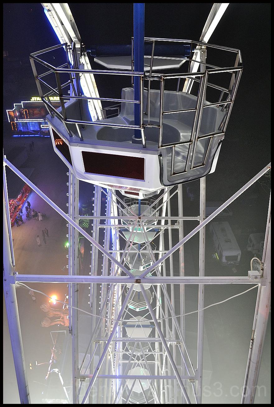 Un tour en grande roue par temps brumeux