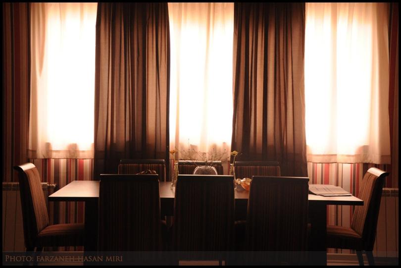 پشتِ میزِ کنارِ پنجره