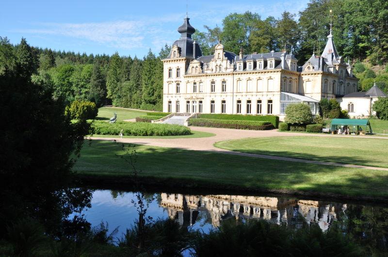 Le Château et son reflet dans la Rulles.