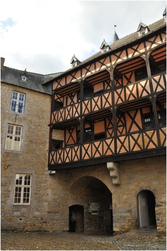 La cour d'honneur et sa galerie en bois.