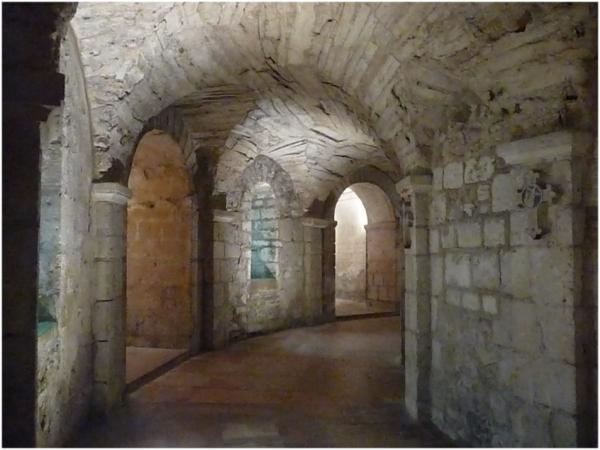 La crypte de St Philibert à Tournus . 12° S