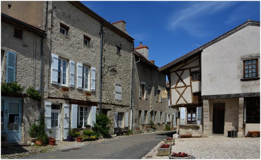 Charroux et ses  maisons  anciennes.