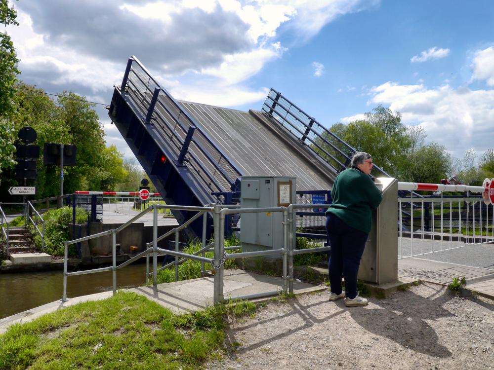 Aldermaston Lock - Lift bridge