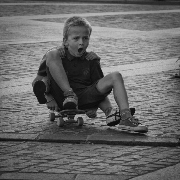 Enfants sur une planche de skate
