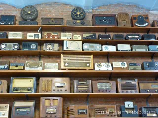 Old radios display at tech store in NYC